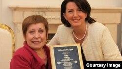 """Prishtinë - Presidentja e Kosovës Atifete Jahjaga ka pritur Hilmnijeta Apuk, drejtuesen e organizatës """"Njerëzit e vegjël"""", e cila u shpërblye me çmimin e këtij vitit të OKB-së për të drejtat e njeriut, 17 dhjetor, 2013"""
