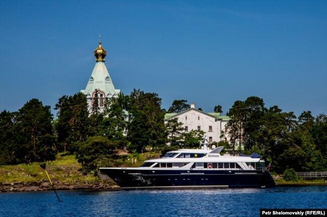 """Яхта """"Паллада"""", которой пользуется патриарх Кирилл, у берегов Валаама"""