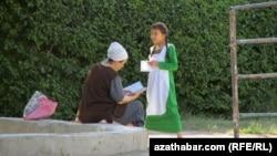 Мама школьницы проверяет дневник, Туркменистан (Иллюстративное фото)