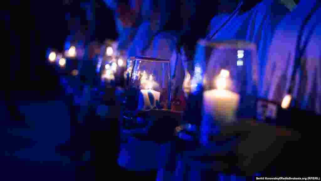 Свічки в руках у волонтерів через хвилину опиняться в руках лідерів держав