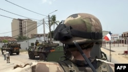 Французский военный патруль на улицах Абиджана, столицы Кот-д'Ивуара