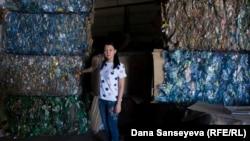 """Қоқыс өңдейтін ТОО LS Astana зауытының директоры Сәуле Тәжібаева пластик қоқыстан жасалған """"шикізатты"""" көрсетіп тұр."""