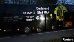 Автобус, перевозивший игроков футбольного клуба «Боруссия Дортмунд», после взрывов, 11 апреля 2017 года, Германия.