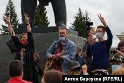 Протестующие поют песни в центре Новосибирска