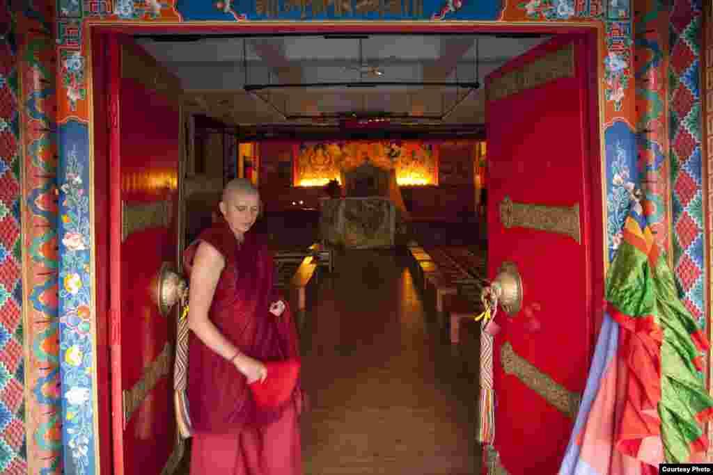 Вход в молитвенный зал монастыря