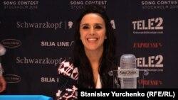 Jamala gjatë një konference për shtyp në Stokholm pas fitores në Eurovizion