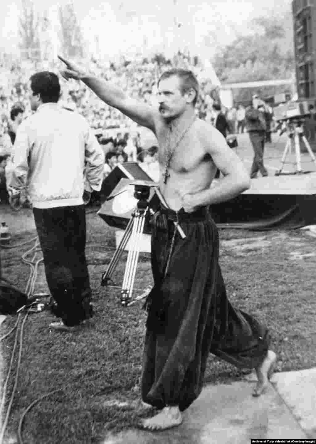 Громадський діяч Юрій Волощак під час першого фестивалю «Червона рута»