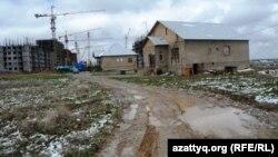 Жилые дома микрорайона Нурсат рядом со строящимся административно-деловым центром. Шымкент, 7 апреля 2014 года.