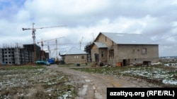 """Дома на """"незаконно проданных"""" земельных участках в микрорайоне Нурсат. Шымкент, апрель 2014 года."""