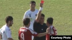 Судья показывает красную карточку Ахтаму Хамрокулову, игроку команды «Регар-ТадАз». 5 октября 2013 года.