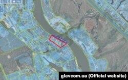 Червоною лінією позначена ділянка Петра Порошенка площею 3,3 гектара. Синьою – ділянка в 0,75 гектара, який у серпні 2015 року Петро Порошенко отримав в оренду до 2064 року. (Фото – glavcom.ua)