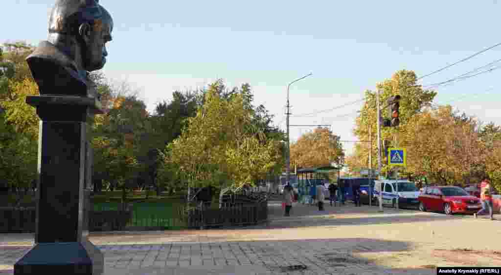 На дорожно-ремонтный хаос «взирает» Тарас Шевченко