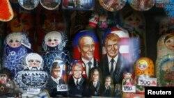 Bez odgovora na ključna spoljnopolitička pitanja (na fotografiji babuške sa likom Vladimira Putina i Donalda Trampa)