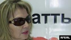 Тұтқындағы Талғат Қыстаубаевтың әйелі Сара Сағындықова Азаттық радиосының Алматыдағы бюросында. 19 маусым 2009 ж.