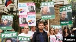 """Пикеты в поддержку активистов """"Гринпис"""" перед посольством России в Лондоне, начало октября"""