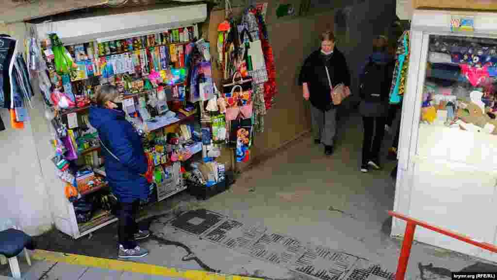 Как и в любом другом подземном переходе Симферополя, здесь такжеведется бойкая торговля всем, чем возможно