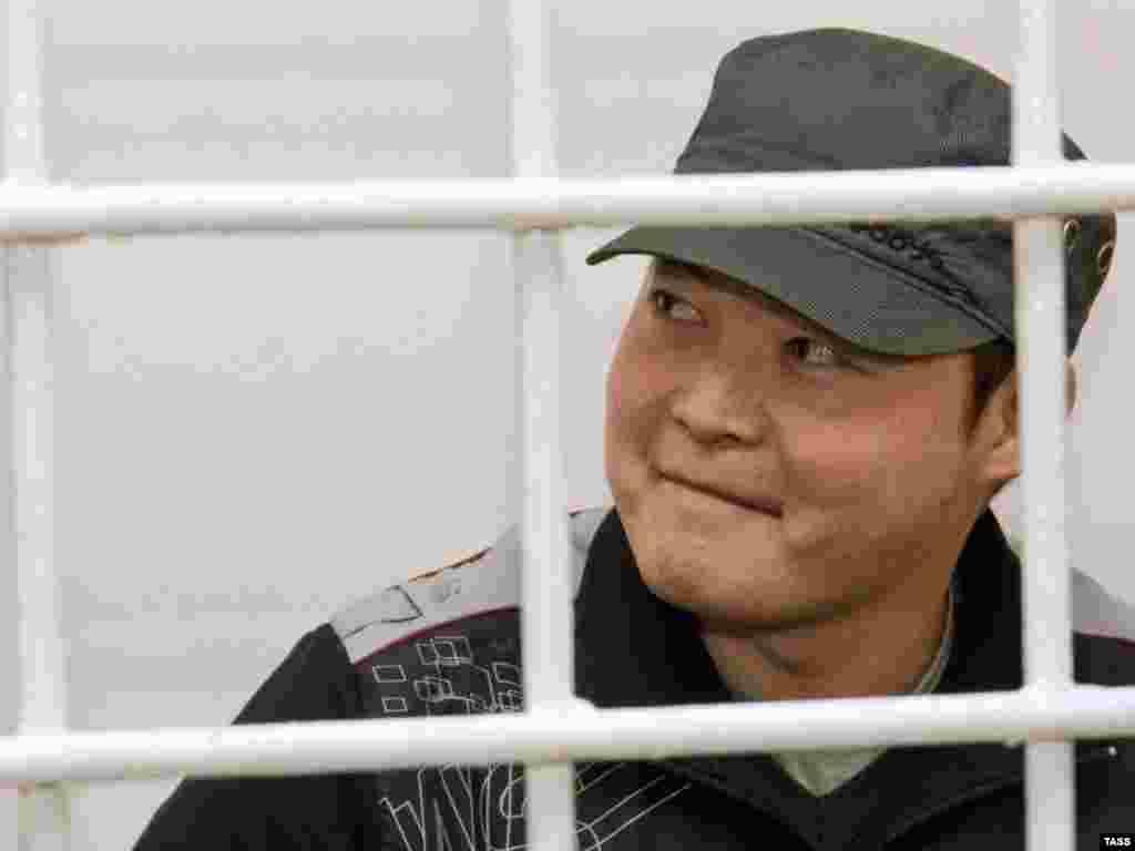 Санжар Бакиев приговорен к лишению свободы сроком на 10 лет с отбыванием наказания в колонии усиленного режима.Он признан виновным в организации массовых беспорядков, незаконном хранении оружия и применении насилия в отношении представителей власти в 2010 году.