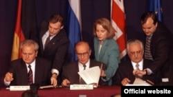 Dejtonski sporazum su 14. decembra 1995. godine u Parizu potpisali Alija Izetbegović, Franjo Tuđman i Slobodan Milošević.