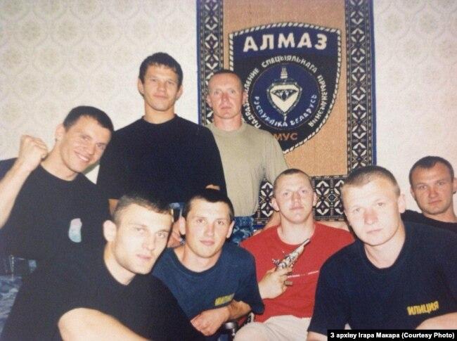 Игорь Макар (крайний слева) с сослуживцами