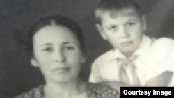 Саид Бекіровтің оқушы кезінде анасымен бірге түскен суреті. Әндіжан, 1948 жыл.