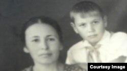 Said Bekirov anasınen beraber, mektep yılları. Andijan, 1948 s.