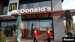 Arhiv fotoresimi: Aqmescitte McDonald's qapatıla, 4 aprel 2014 senesi