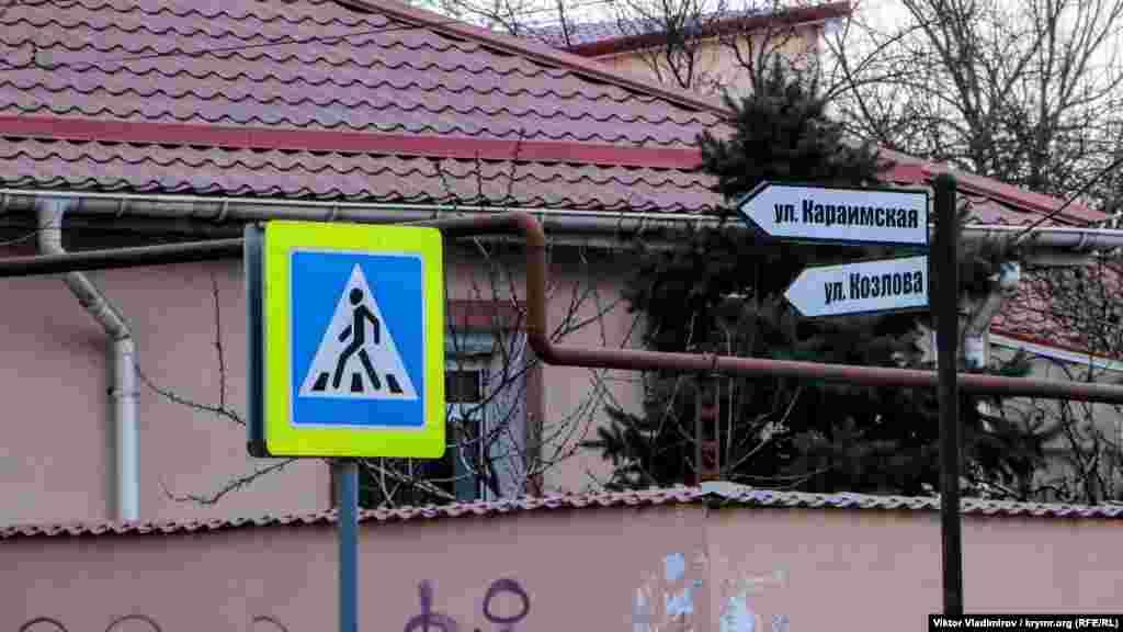 На каждом перекрестке установлены указатели с названиями улиц