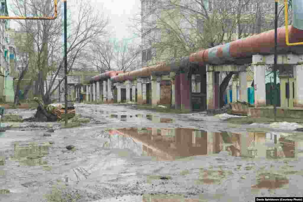 Ярославская улица расположена в центральной части города. Несмотря на то что в городе уже нет снега и большинство дорог уже высохло, есть места, где грязь не высыхает до поздней осени.