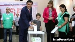 Міхаіл Саакашвілі галасуе на парлямэнцкіх выбарах