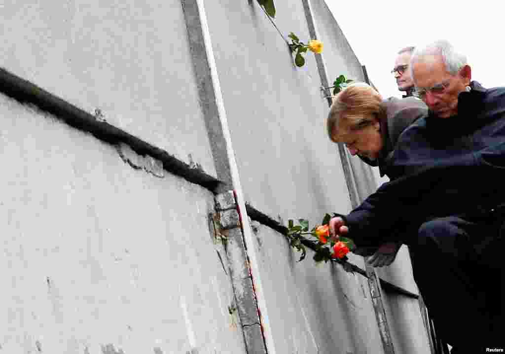 Германия канцлері Ангела Меркель мен Берлин мэрі Краус Воверайт Берлин қабырғасының сақталып қалған бөлігінде тұр.