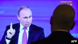 Президент России Владимир Путин отвечает на вопросы во время ежегодной «Прямой линии» на государственном телеканале. Москва, 15 июня 2017 года.