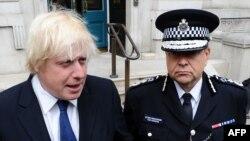 Лондон мэрі Борис Джонсон мен полиция өкілі Тим Годуин журналистердің алдында сөйлеп тұр. 12 шілде 2011 жыл.