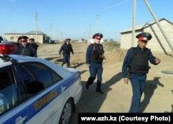 Қылмыстық топты тұтқындау операциясынан келе жатқан полицейлер. Атырау, 21 қыркүйек 2012 жыл.