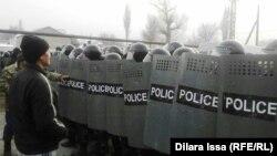 Бурыл айылында жыйналган тургундар менен полиция, 17.02.2016