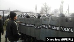 Қозоғистоннинг Жамбил вилояти Бурил қишлоғида полиция норозиларни тарқатмоқда.