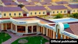 Президент Каримов ғояси бўлган намунавий уйлар билан боғлиқ муаммолар ҳақида Озодлик биринчи марта хабар қилаётгани йўқ.