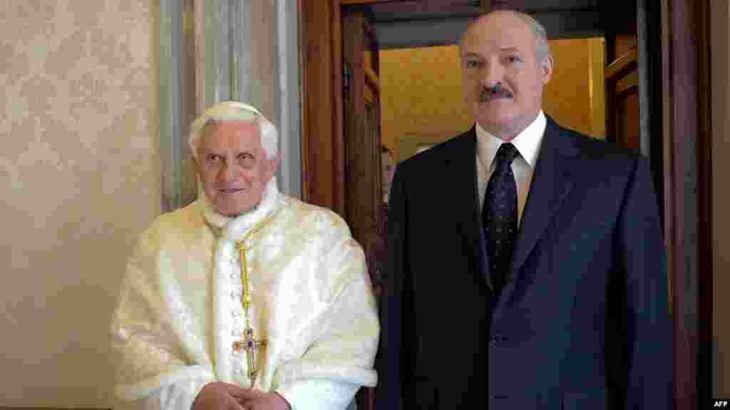 2009 год. Лукашэнка і папа Рымскі — пасьля агрэсіі Расеі супраць Грузіі краіны Захаду спрабуюць палепшыць стасункі зь Беларусьсю, і запрашэньне Лукашэнкі ў Ватыкан разглядаюць як крок да гэтага