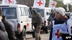 Спостерігачі Червоного Хреста спостерігають за обміном полонених, 29 жовтня 2015 року
