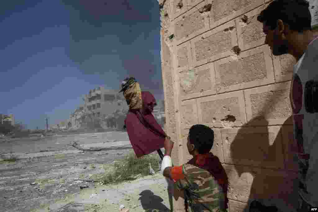 Një mbështetës i Qeverisë libiane të Marrëveshjes Kombëtare përdor një kukull improvizim, për të kapur vëmendjen e snajperëve të Shtetit Islamik në vijën e frontit në Sirte.