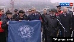 Экспедиция Русского географического общества начинается в плавание (справа - глава экспедиции Артур Чилингаров)
