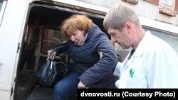Пострадавшую женщину увозят в больницу
