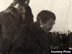 Милиционер алаңға келген жас жігітті ұстап әкетіп барады. Алматы, 17-18 желтоқсан 1986 жыл.