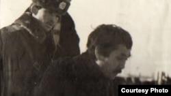 Совет милициясының сержанты мен наразылық шеруінен ұсталған адам. Алматы, желтоқсан, 1986 жыл. Алматыдағы орталық мемлекеттік мұрағаттағы сурет.