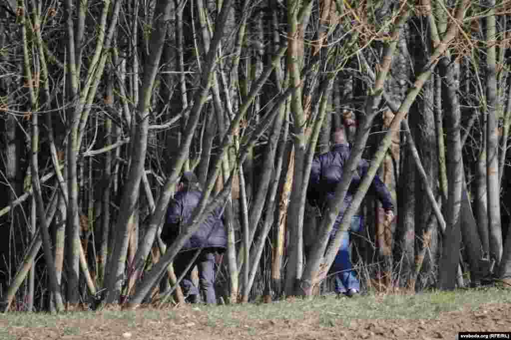 За нейкім хлопцам пагналіся ў лес