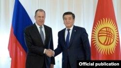 Президент Кыргызстана Сооронбай Жээнбеков и глава МИД Росии Сергей Лавров.