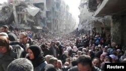 آرشیف، مردم سوریه در حال انتظار برای دریافت کمکهای غذایی سازمان ملل