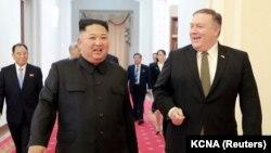 مایک پومپئو، وزیر خارجه آمریکا همراه با کیم جونگ اون، رهبر کره شمالی