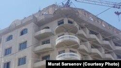 Семиэтажный дом по улице Мироншох в городе Самарканде решили снести, так как он был построен незаконно на территории, находящейся под защитой ЮНЕСКО.
