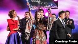 Жанар Дугалова (в центре) получает путевку на конкурс Turkvision. Астана, 28 октября 2014 года. Фото предоставлено Продюссерским центром Баян Есентаевой.