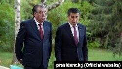 Президенты Кыргызстана и Таджикистана Сооронбай Жээнбеков (справа) и Эмомали Рахмон в Чолпон-Ате. 27 июля 2019 года.